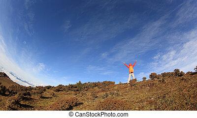 montanha, mulher, braços, hiker, alegrando, pico, abertos