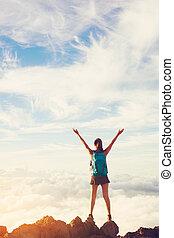 montanha, mulher, braços, hiker, pôr do sol, pico, abertos, feliz