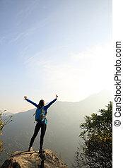 montanha, mulher, braços, hiker, pico, abertos