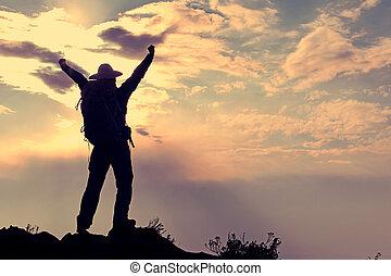 montanha, mulher, jovem, braços, hiker, alegrando, pico, abertos