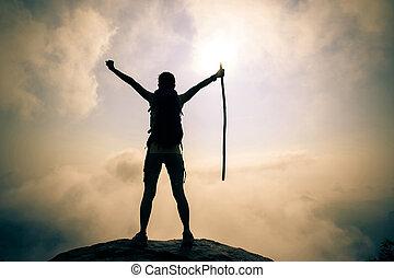 montanha, mulher, sucedido, braços, hiker, pico, abertos, amanhecer