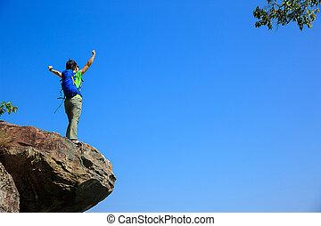 montanha, mulher, sucedido, braços, hiker, pico, abertos