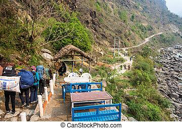 montanha, nepal., março, 28, 2018, zeladores, turistas, estrada