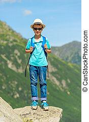 montanhas, mochila, fundo, viajante, pequeno, retrato
