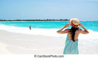 movimento, menina mulher, andar, feliz, jovem, verão, lento, feriados, branca, praia., vestido, bonito