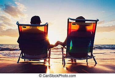 mulher, antigas, observar, par, sentando, pôr do sol, sênior, praia, homem