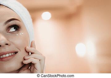 mulher, aplicando, após, jovem, rosto, chuveiro, creme