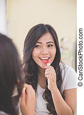 mulher, aplicando batom, dela, lábios, espelho, vermelho, olhar