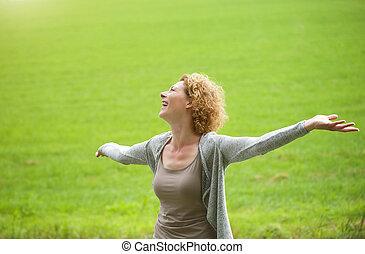 mulher, arma esparramado, ao ar livre, desfrutando, abertos