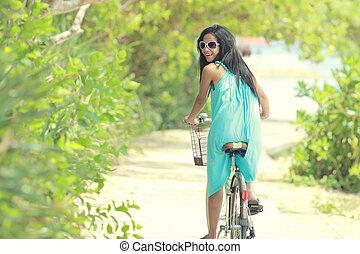 mulher, bicicleta, divertimento, montando, praia, tendo