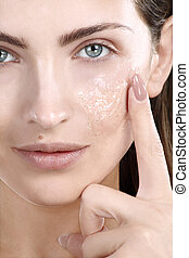 mulher bonita, aplicando, rosto, tratamento, esfregar