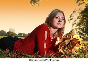 mulher bonita, buquet, folhas, parque, jovem, amarela, outono, mentindo