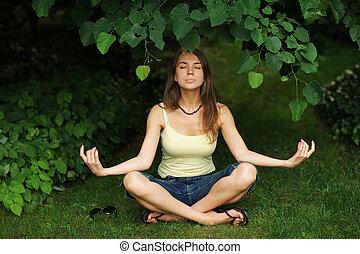 mulher bonita, ioga, relaxante, pose, parque, jovem