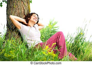 mulher bonita, relaxante, natureza, jovem, outdoors.