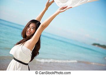 mulher, braços abertos, asiático, desfrutando, praia