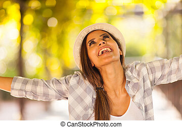 mulher, braços estendidos, dela, ao ar livre