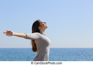 mulher, braços, profundo, ar, respirar, fresco, praia, levantamento, feliz