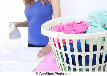 mulher, close-up, ironing