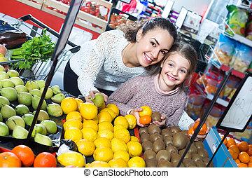 mulher, comprando, fruits., menina, pequeno