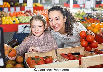 mulher, comprando, tomates, menina, pequeno