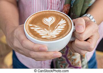 mulher, copo, café, cima, segurando íntimo