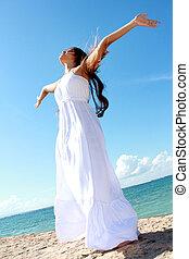 mulher, dela, relaxante, braços abertos, liberdade, desfrutando, praia