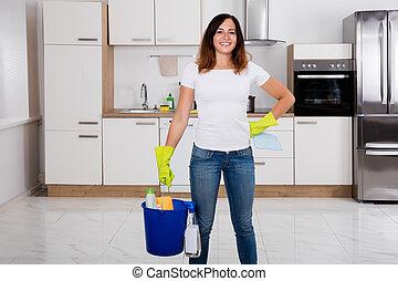 mulher, equipamento, limpeza, usando, cozinha, feliz