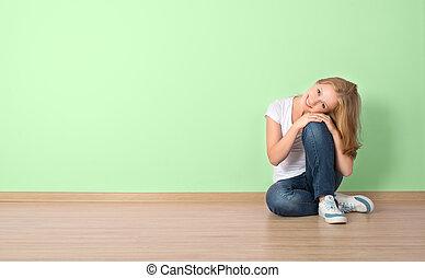 mulher, feliz, parede, sentando, em branco, sala
