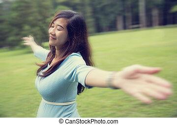 mulher, grávida, braços, jovem, floresta, desfrutando, abertos