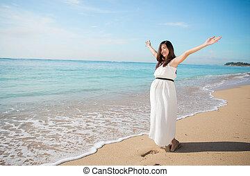 mulher, grávida, praia, braços, asiático, desfrutando, abertos