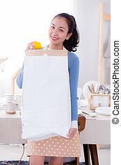 mulher, groceries., saco, papel, segurando, retrato