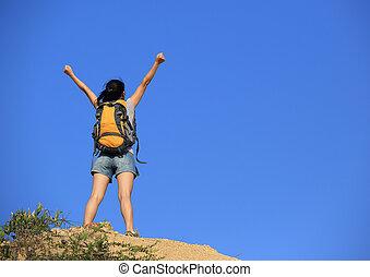 mulher, hiker, braços abrem, sucesso