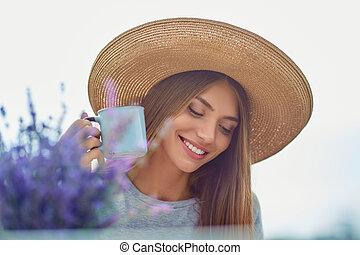 mulher jovem, lavanda, field., copo, segurando