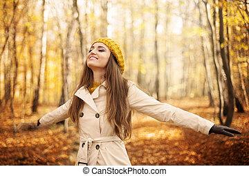 mulher, jovem, outono, natureza, desfrutando