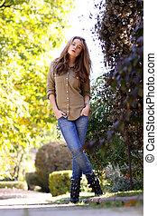 mulher, jovem, parque, outono, bonito