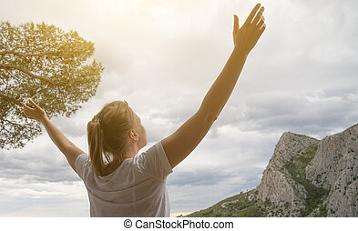 mulher, largo, braços, desfrutando, abertos, views.