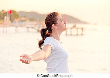 mulher, liberdade, jovem, braços, desfrutando, abertos
