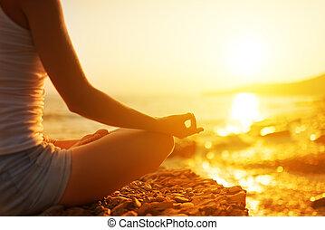 mulher meditando, praia, ioga, mão, pose