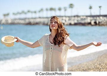 mulher, praia., braços, profundo, respirar, abertos