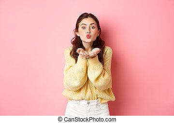 mulher, romanticos, beijo, ficar, galanteador, contra, cor-de-rosa, mwah, jovem, cute, fundo, enviando, rosto, soprando