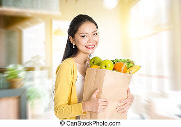 mulher, saco, mantimentos, asiático, segurando, mercado