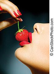 mulher, sensual, excitado, strawberry., lábios, comer, vermelho