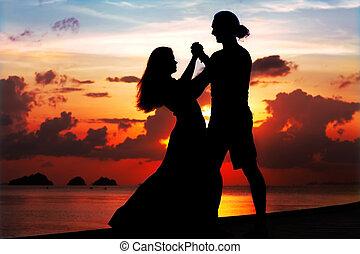 mulher sorridente, pôr do sol, homem, dançar