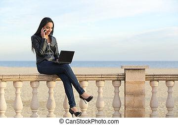 mulher, trabalhando, telefone negócio, ao ar livre