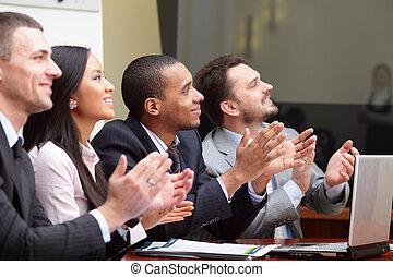 multi, alguém, negócio, africano-americano, clapping, foco, sorrir., cumprimenta, grupo étnico, homem