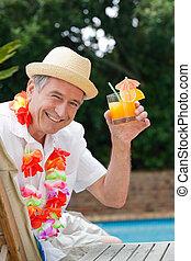 natação, coquetel, piscina, homem, bebendo, maduras, ao lado