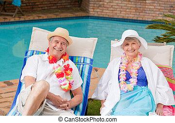 natação, deitando-se, piscina, par velho, ao lado
