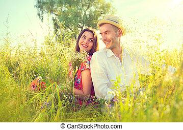 natureza, par, jovem, ao ar livre, desfrutando, feliz