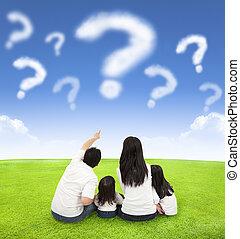 nuvens, prado, família, sentando, consulta, feliz