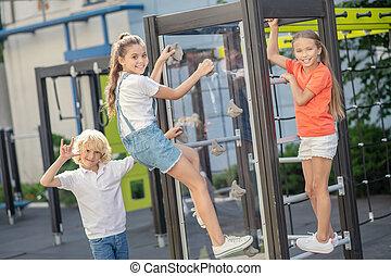 olhar, escalando, crianças, desfrutado, pátio recreio, ao ar livre
